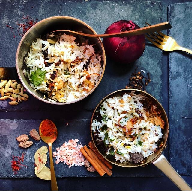 The recipe for making delicious rice and chicken in a pot